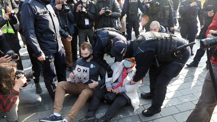 Policja zatrzymuje protestujących przed Sądem Najwyższym