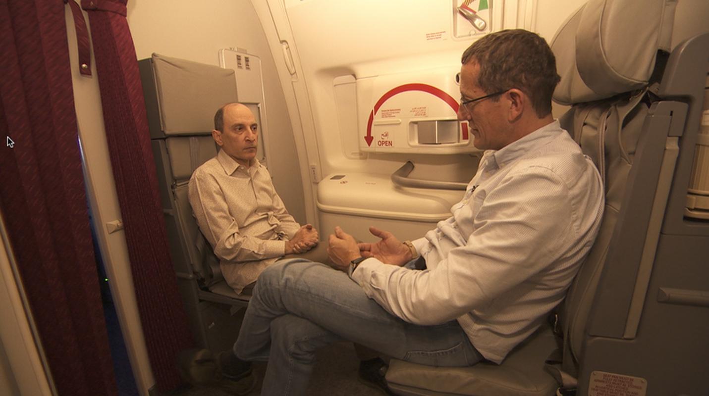 Akbar Al Baker (z lewej), CEO Qatar Airways, w rozmowie z Richardem Questem na pokładzie Boeinga 777-200LR