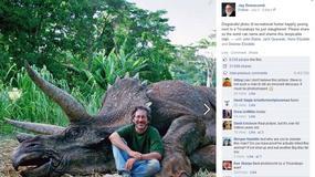 """Steven Spielberg """"pozuje"""" z martwym dinozaurem: oburzenie w sieci"""