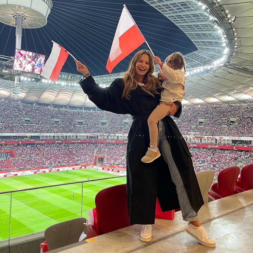 Anna Lewandowska i Klara kibicują Robertowi podczas eliminacji Mistrzostw Świata 2022 w meczu Polska-Anglia