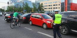 Kierowco! Nie blokuj skrzyżowań. Patrz co pokazuje policjant