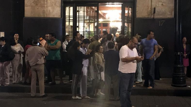 Ludzie na ulicach Mexico City w chwilę po trzęsieniu ziemi