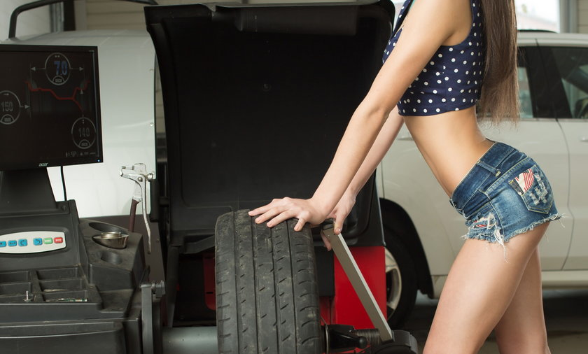 kobieta warsztat samochodowy koło mechanik samochód