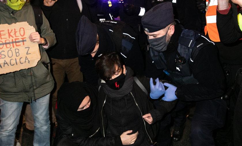 Liderka Strajku Kobiet oskarżona. Miała ochlapać mundur policjanta