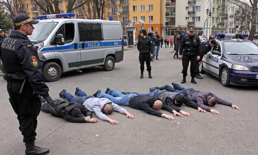 Policja zatrzymuje neofaszystow