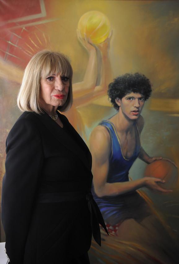 Biserka Petrović uz sliku njenog sina Dražena