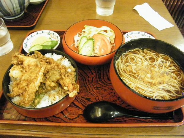 Zestaw obiadowy: ramen, tempura na ryżu i warzywa w małej knajpce w Tokio.