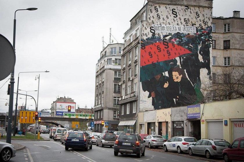 """""""Czarny protest"""" na ścianie. Warszawa ma nowy mural"""