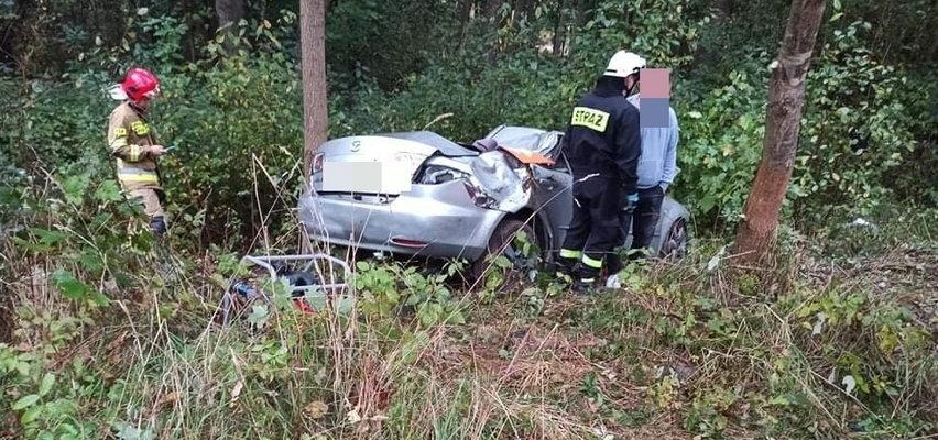 Policjanci dostali zgłoszenie o rozbitym aucie w lesie. Na miejscu dokonali strasznego odkrycia. Co się stało na drodze pod Bełchatowem?