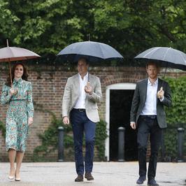Księżna Kate, książę William i książę Harry w deszczu oddają hołd księżnej Dianie