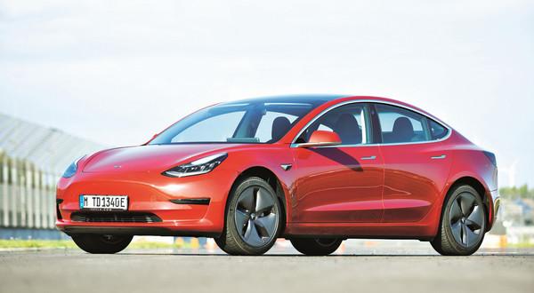 Auta marki Tesla mają być ekologiczne – ale zanim zaczną zjeżdżać z taśm nowej fabryki w Niemczech, upłynie jeszcze mnóstwo oleju napędowego