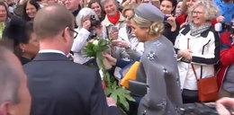 Królowa w płaszczu ze swastykami?