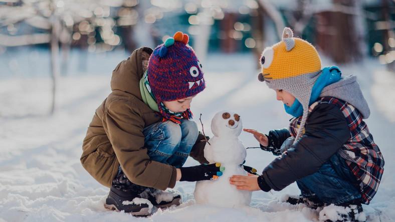 Dzieci robią bałwana