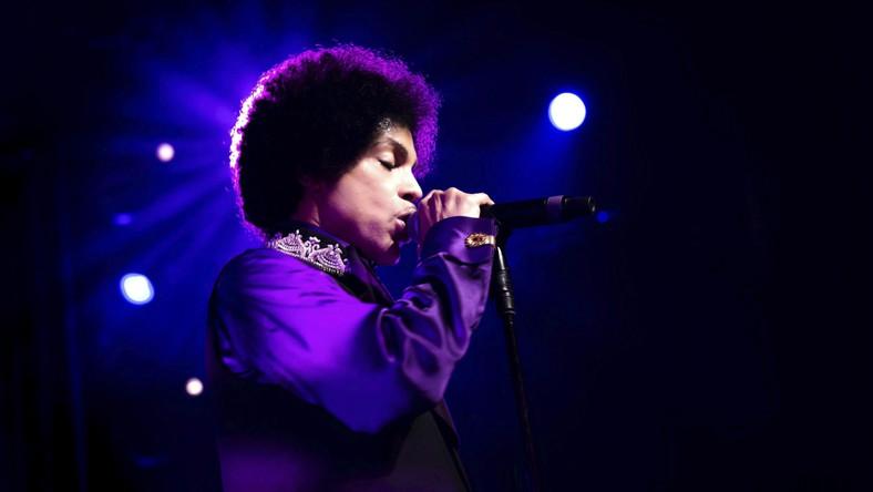 """Autor takich przebojów jak """"Purple Rain"""" czy """"Kiss"""" przyszedłna świat w rodzinie muzyków. Jego ojciec, John Nelson miał jazzowy band, który nazywał się Prince Rogers i tak samo nazwał… syna. Wokalistką jazzową była matka muzyka –Mattie Shaw. Na przyszłego gwiazdora w dzieciństwie wołano """"Skipper"""", a w szkole... Princess (Księżniczka)."""