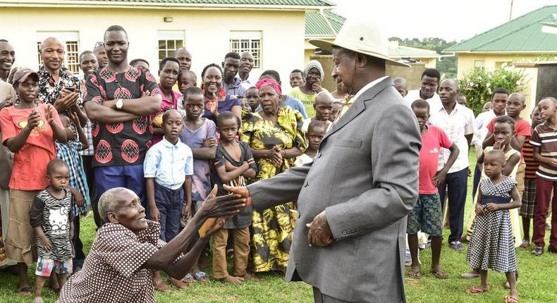 A woman kneels before Ugandan President Yoweri museveni during the recent Easter celebrations (Twitter)