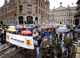 Protest w Amsterdamie. Gwiazdy Dawida i szubienica dla ministra zdrowia
