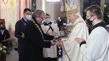 Polityk PiS odwołał sesję sejmiku z powodu pandemii, w tym samym czasie zorganizował uroczystość dla biskupa. Bez maseczek i dystansu