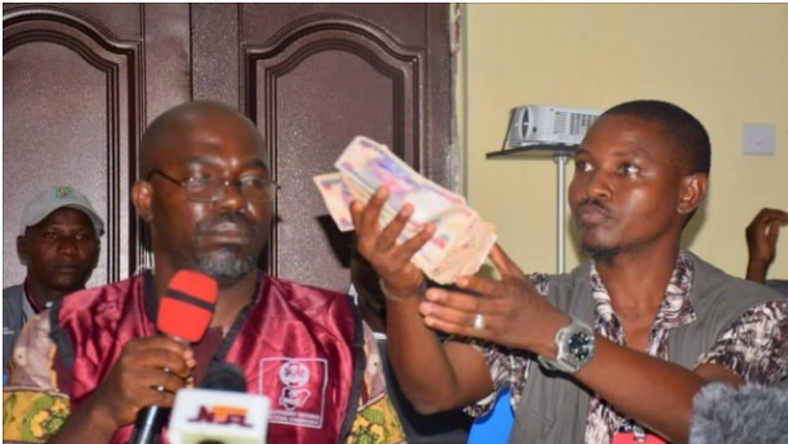 INEC official presents N50k bribe offered by politicians in Kogi (TheCable)