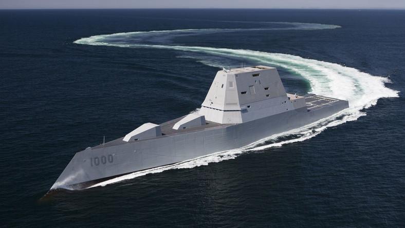 To niszczyciel rakietowy nowej generacji typu DDG-1000, zbudowany w stoczni Bath Iron Works. USS Zumwalt to największy w historii okręt tej klasy. Ma 182 m długości i 15000 ton wyporności.