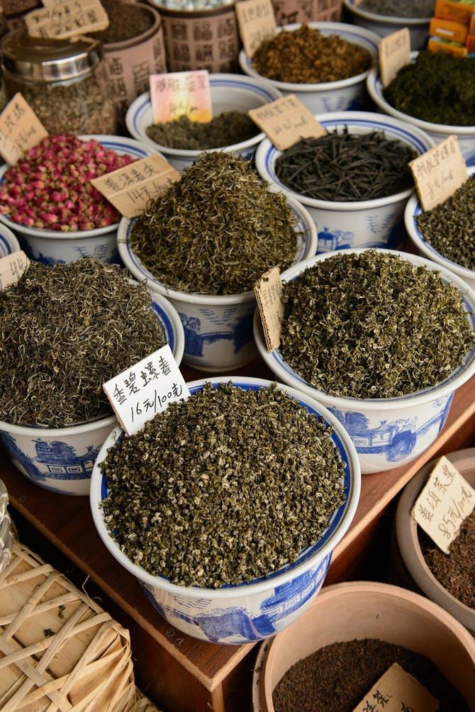 Na policama kineske apoteke se mogu videti posude pune raznog korenja, cvetova, semenki, kora...