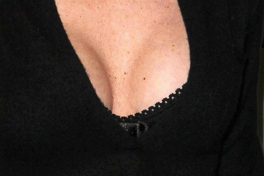 Kształtne piersi znanej aktorki. Której?