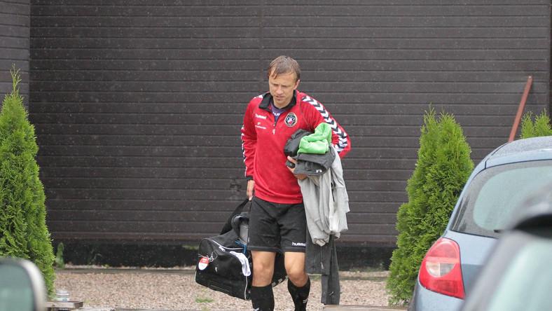Piłkarz Polonii przed treningiem
