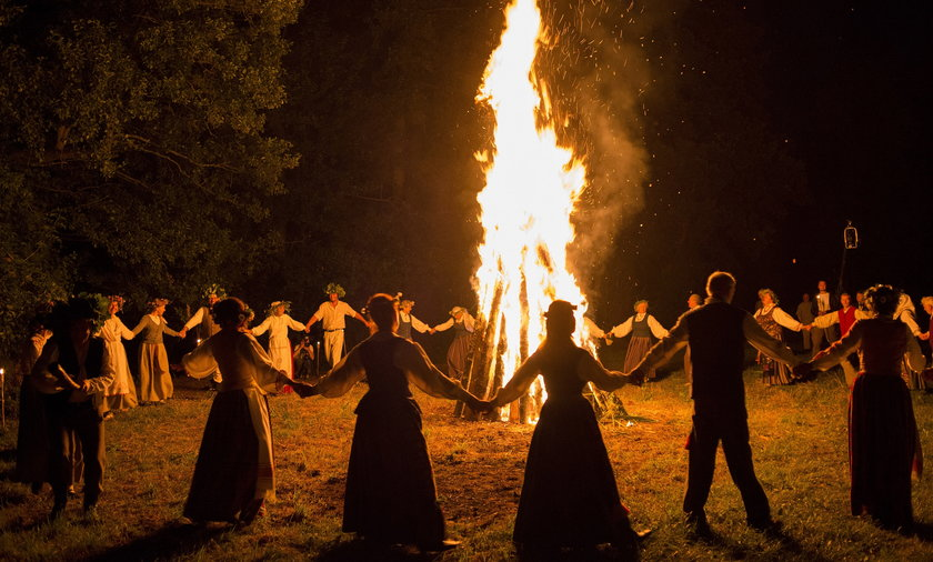 Noc Kupały świętuje się przy ognisku.