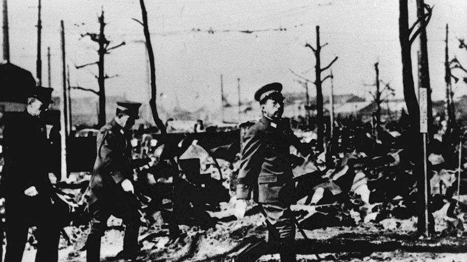Cesarz Hirohito wizytuje Tokio w czasie II wojny światowej