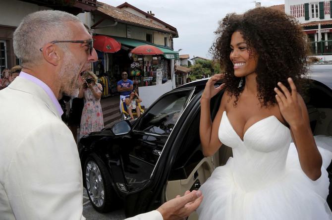 Tina Kunaki i Vensan Kasel pre nedelju dana na venčanju u Južnoj Francuskoj