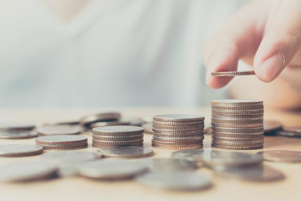 Dzięki środkom z FGŚP pracodawca ma otrzymać dofinansowanie do wynagrodzenia w okresie przestoju w wysokości 50 proc. minimalnego wynagrodzenia plus składki na ubezpieczenia społeczne należne od pracodawcy od przyznanych świadczeń (czyli 1 533,09 zł) z uwzględnieniem wymiaru czasu pracy