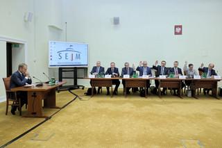 Donald Tusk przed komisją śledczą.'Postaram się sprostać oczekiwaniom, także pana Sasina'