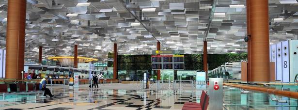 1. miejsce - Lotnisko Changi w Singapurze – jedno z pięciu najważniejszych azjatyckich lotnisk. I bez wątpienia jedno z najlepiej zaprojektowanych portów lotniczych. W 2012 roku przez singapurskie lotnisko Changi przewinęło się 51 mln pasażerów. Lotnisko Changi jest naprawdę luksusowe: Terminal 3, który jest wizytówka całego lotniska, jest jeden z najlepiej zaprojektowanych i najnowocześniejszych terminali lotniczych na całym świecie. Do tego dochodzi basen na dachu, ogród motyli oraz liczne sklepy – każdy pasażer znajdzie coś odpowiedniego dla siebie.