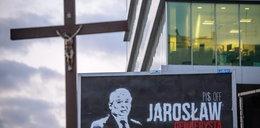 Groza! Powiesili przy krzyżu antypisowski billboard!