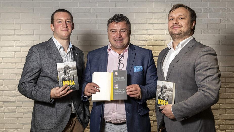 Roman Kosecki i współautorzy ksiązki: Dariusz Faron (z lewej) i Dariusz Dobek.