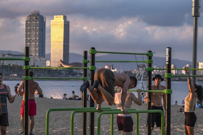 Na plaži u Barseloni misle na zabavu, ali ne i na mere zaštite