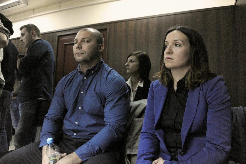 Bartłomiej Bonk z żoną w sądzie
