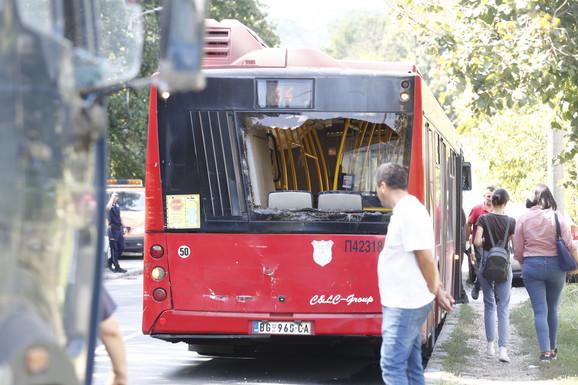 Razlupan zadnji deo autobusa