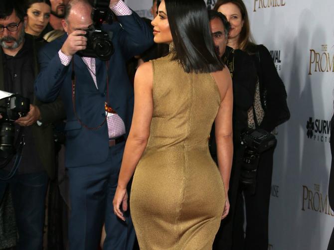 Na prvi pogled svedena haljina, ali kad se okrenula, sa njene ZADNJICE niko nije mogao da odvoji pogled!
