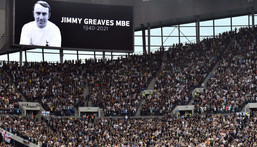 Tottenham and Chelsea players observe a minute's applause for Jimmy Greaves Creator: JUSTIN TALLIS