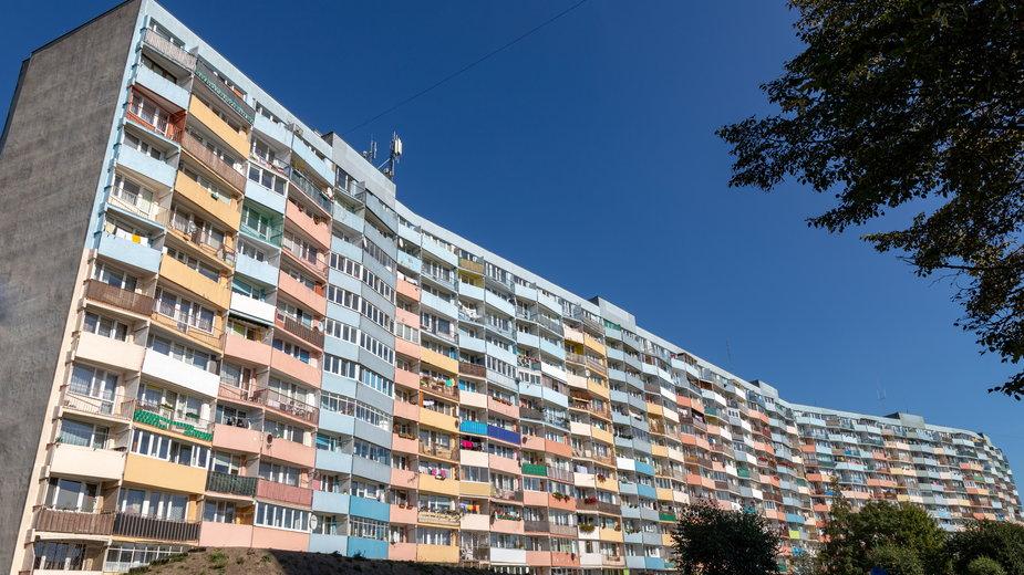 Kobieta w złości wyrzuciła przez balkon 200 tys. zł - oszczędności męża