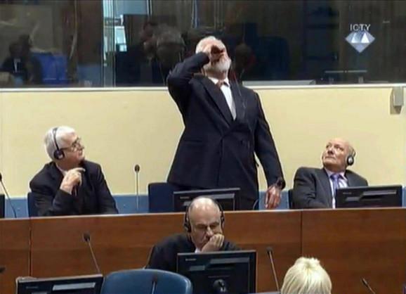 Praljak ispija tečnost iz bočice jutros u sudnici haškog tribunala