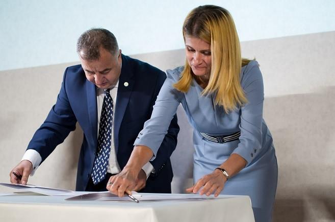 prof. Monika Stanny, Dyrektor Instytutu Rozwoju Wsi i Rolnictwa PAN i Tomasz Zdziebkowski, Prezes Grupy Top Farms