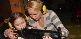 Polska aktorka dała córce prawdziwy karabin do ręki!