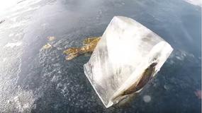 Wycięli lodowy blok z jeziora. Zobaczcie, co było w środku!
