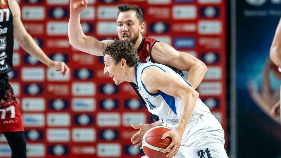 Zawodnik Polskiego Cukru Toruń Bartosz Diduszko (numer 21), oraz Michał Chyliński z Enea Astoria Bydgoszcz