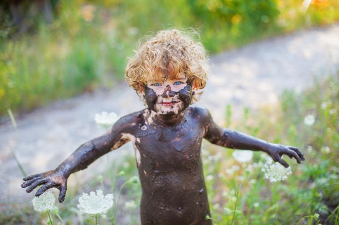 Pustite decu da se igraju u blatu