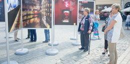 Na rynku w Krakowie można oglądać zdjęcia papieża