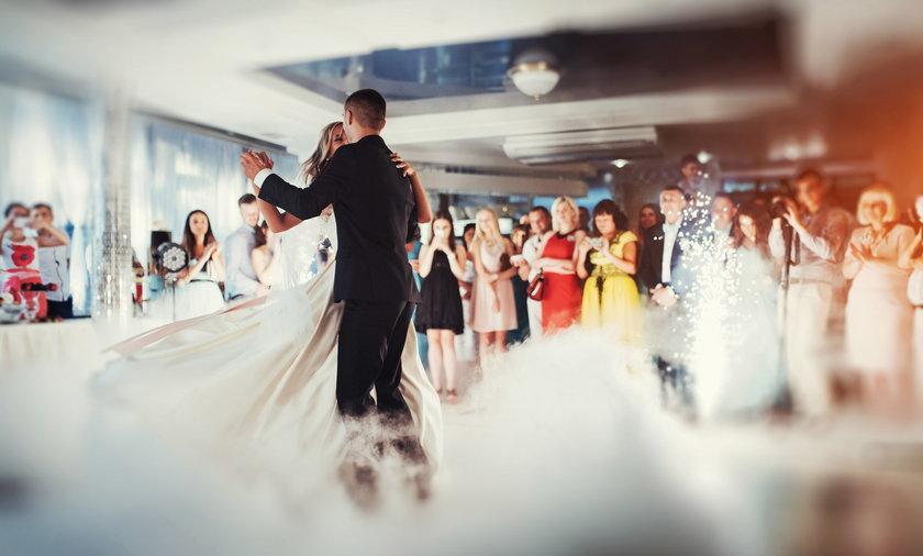 W wielu przypadkach goście i rodzina oczekują hucznej imprezy, a jej organizacja to dla pary młodej duży koszt.