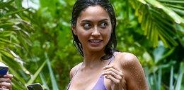 Piękna modelka pręży się na plaży. Co za ciało!