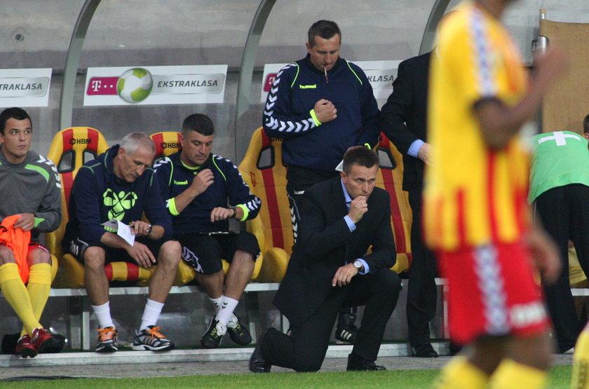 Trener Leszek Ojrzyński modli się przed meczem